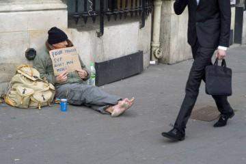 乞討者手舉紙牌上寫著:「要吃東西,請幫助我,謝謝!」